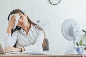 Business Outfit im Büro im Sommer
